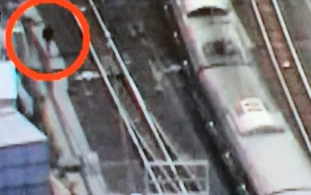 【動画】盗撮の野崎芳正容疑者が新宿で線路に飛び降り逃走!?あまりに酷い行動に唖然。威力業務妨害罪、鉄道営業法違反、往来危険罪に問われる可能性。