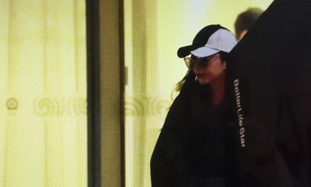 4カ月ぶりにファン・ビンビンの姿を北京空港VIP出口で確認。京Aで分かる中国当局の思惑とは?これは本当に自由な姿なのか?